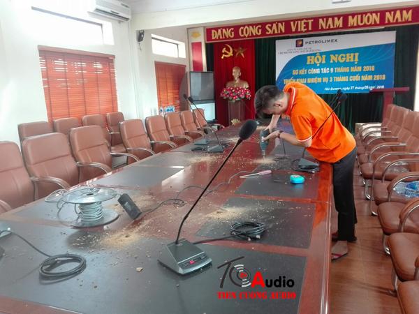 Nhân viên kỹ thuật đang triển khai thi công lắp micro