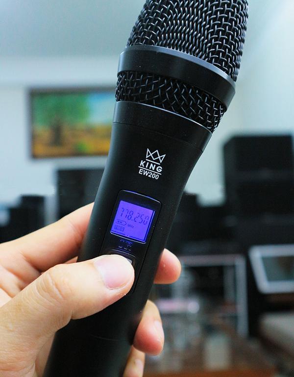 Tay micro có màn hình hiển thị tần số và dung lượng pin
