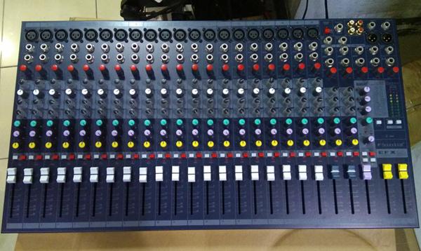 Bàn mixer với 20 line đầu vào tín hiệu theo chuẩn