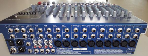 Mặt sau của mixer được thiết kế chi tiết với nhiều ngõ vào tín hiệu khác nhau