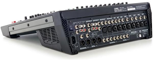 Mặt sau mixer với các hệ thống jack kết nối đơn giản dễ sử dụng