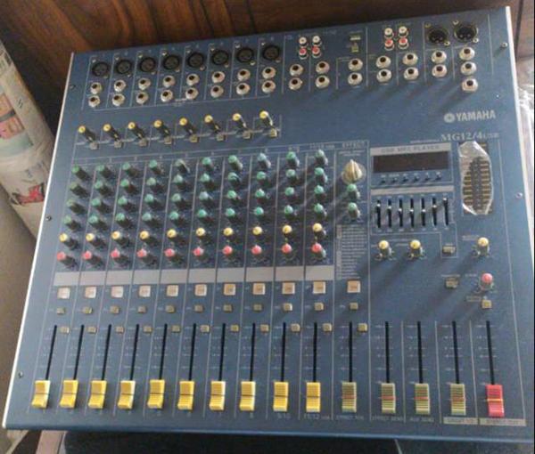 Mặt trước mixer với các nút điều khiển dễ dàng sử dụng